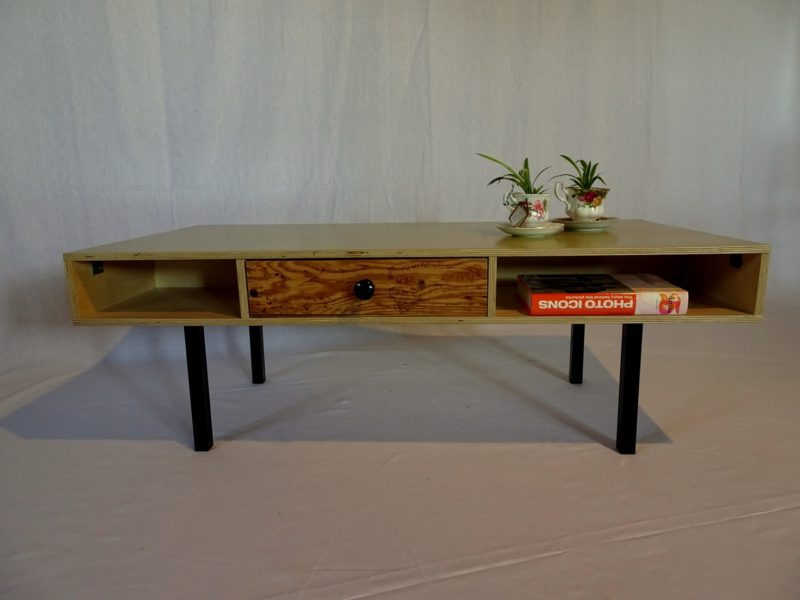 Industriëel design salontafel met vintage lades, verkocht